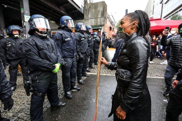 In Berlijn kwamen ordetroepen en demonstranten tegenover elkaar te staan. Beeld EPA