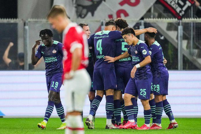 Spelers van PSV vieren een doelpunt tegen AZ.