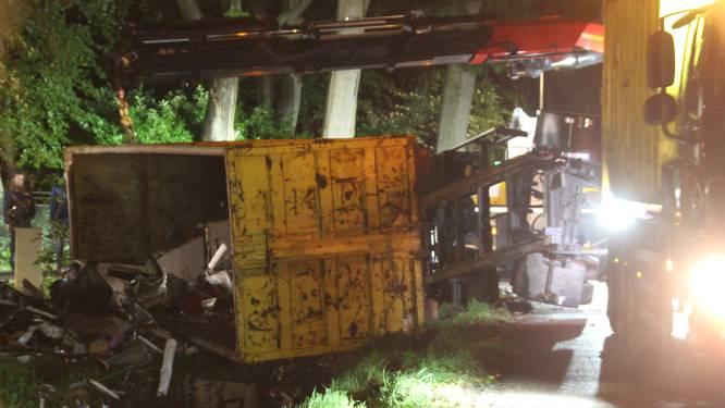 Aanhanger vol schroot kantelt in Rijssen: weg afgesloten
