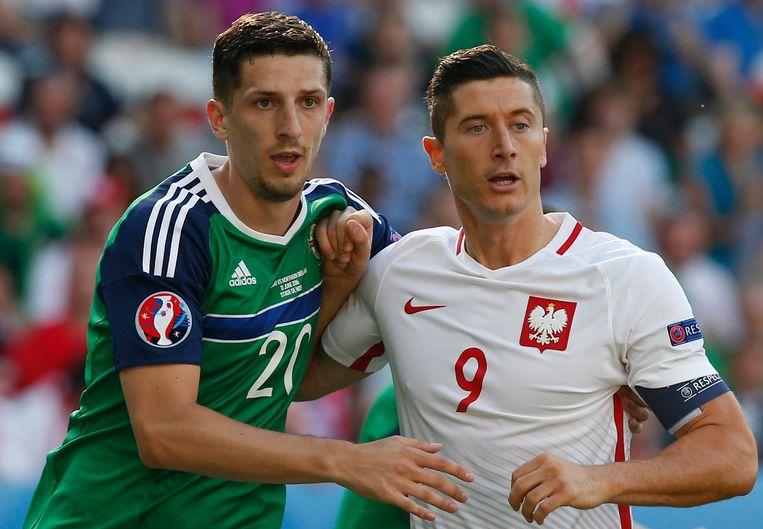 Lewandowski (rechts) kreeg geen millimeter ruimte van de Noord-Ierse verdedigers. Beeld EPA