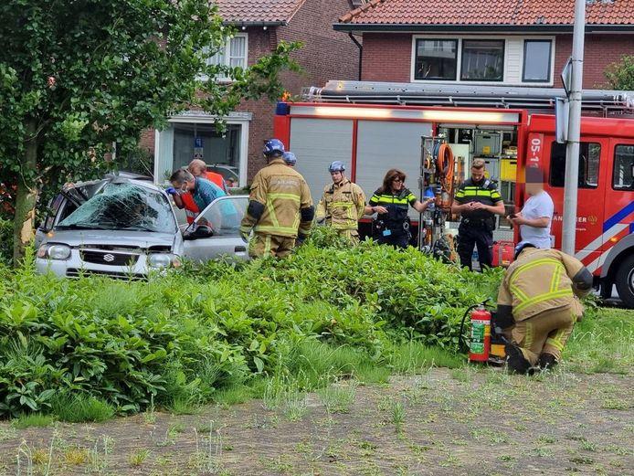 De auto kwam tegen een boom tot stilstand