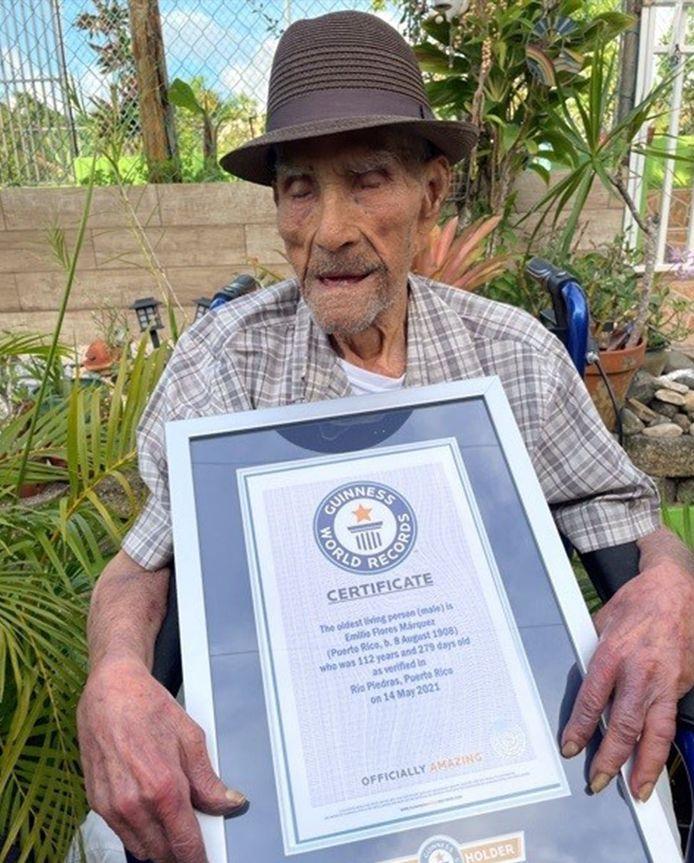 Emilio Flores Márquez met het certificaat dat bevestigt dat hij de oudste man ter wereld is.