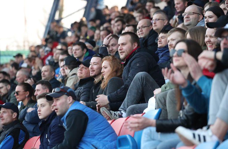 Er werd vooral onbekommerd gekeken naar een 3-2-zege van FC Minsk. Beeld EPA