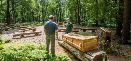 Dirk en Riky Scholten worden op nieuwe natuurbegraafplaats in Bentelo onder een kastanjeboom begraven