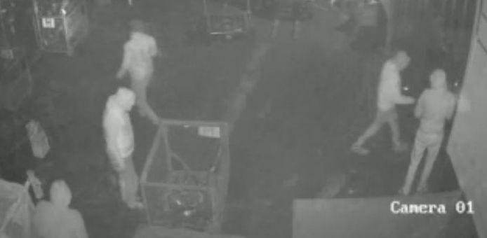 De inbrekers sluipen urenlang door een recyclingbedrijf.