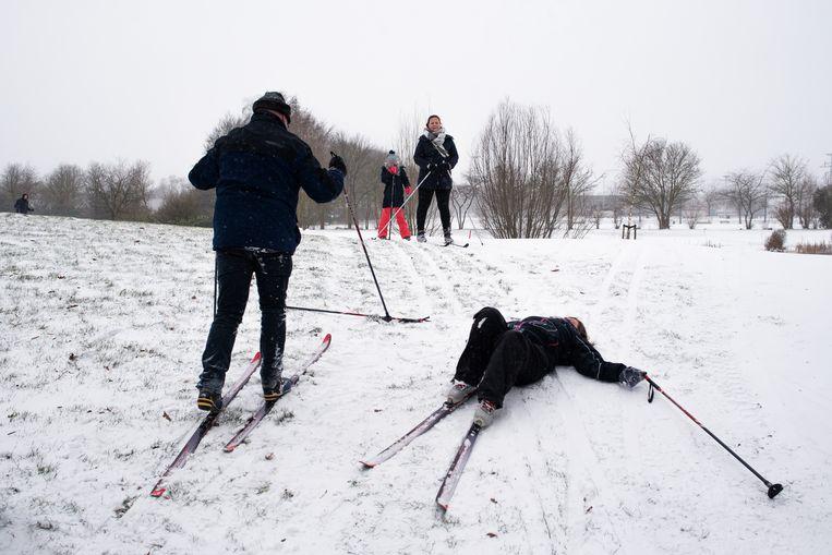 Santjie uit Oegstgeest ligt languit. Ze heeft nul wintersportervaring.  Beeld Sabine van Wechem