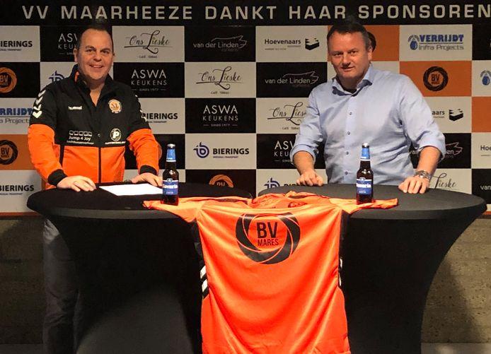 Erik Schaeken (l) met voorzitter Huub van der Linden van Maarheeze.