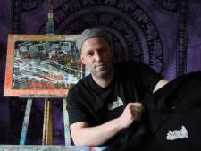 Ex-dakloze Ron Vogels uit Eindhoven schildert zijn depressies weg en prijkt nu op T-shirts