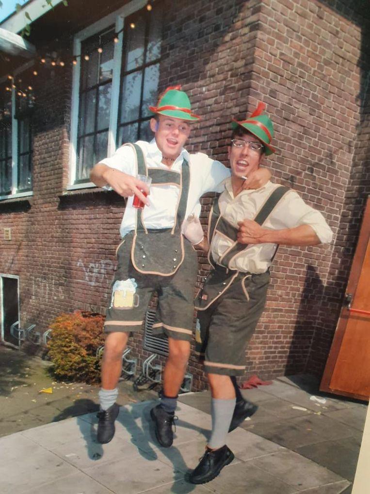 Johan Stroek (links) en Jan 'Kurk' Tol tijdens de Volendamse kermis, twee jaar na de cafébrand. Beeld Privéarchief