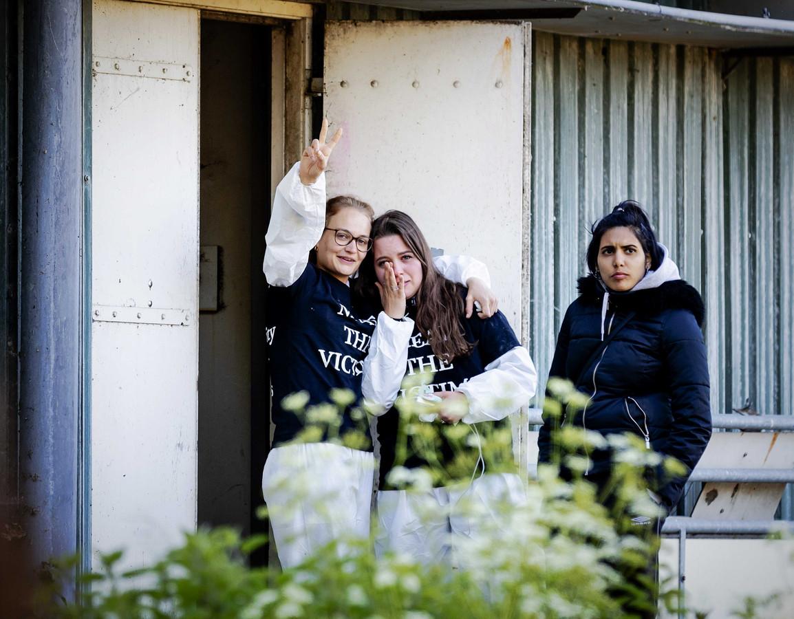 Dierenactivisten bij de varkensstal die ze bezet hebben in Boxtel.