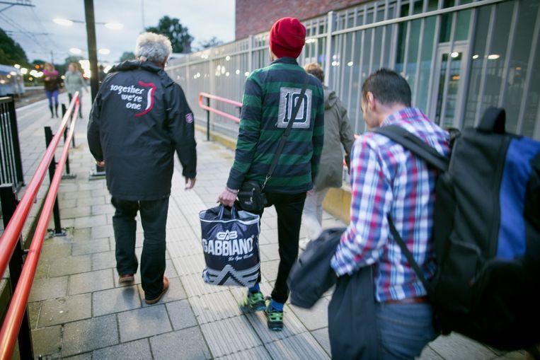 Een groep Syrische jongemannen komt aan op het station Emmen om vanaf daar door te reizen. Beeld Herman Engbers