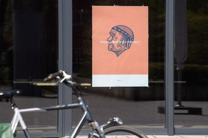 Posters met het portret van Kareltje zijn overal in Borne te zien  Vrijdag onthult hij zijn identiteit.