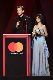 Kane reikt BRIT Award uit, zusjes Bro rusten uit