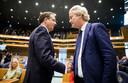 Alexander Pechtold (D66) en Geert Wilders (PVV) tijdens het afscheid van Pechtold in de Tweede Kamer.