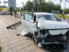 Ravage op kruising in Apeldoorn na botsing tussen twee auto's: zeker één gewonde