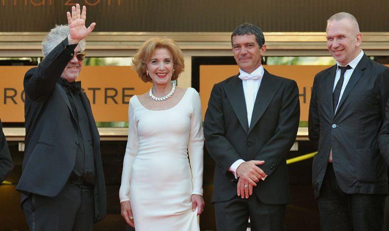 'Cinefiel' Gaultier naast regisseur Almodovar, actrice Paredes en acteur Antonio Banderas in Cannes. Beeld EPA
