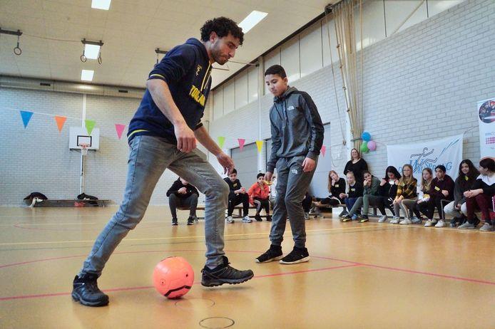 Straatvoetballer Touzani in een panna-battle met leerling Noor.