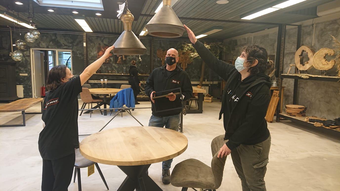 Ronnie Florussen (m) en twee medewerkers in de nieuwe winkel.