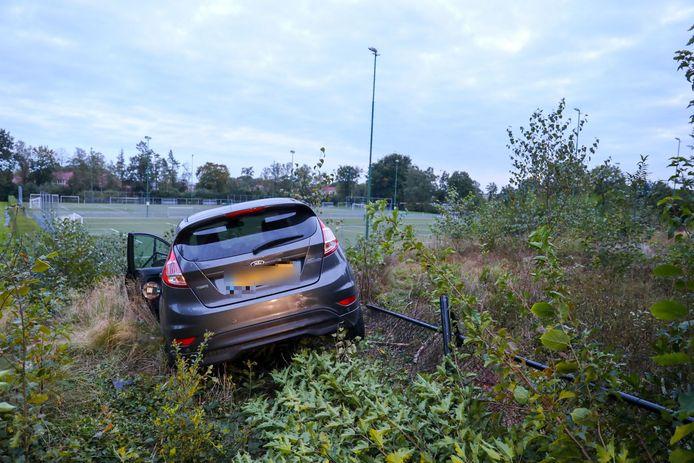 Zo keek de auto na het ongeval over de sportvelden uit.