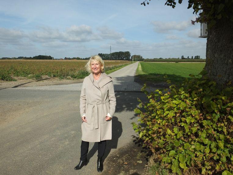 Annie Mervillie bij het kruispunt van de Lange Akkerstraat met de nieuwe Alfons Mervilliestraat.