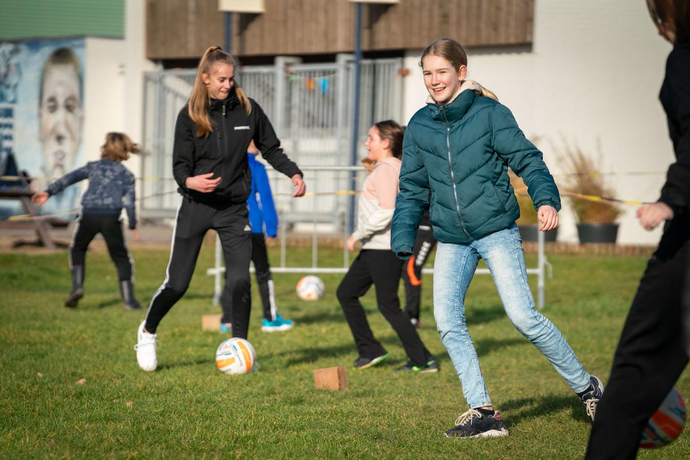 Gendt Vooruit, de Stichting Walburgen Beweegt en sportverenigingen uit het dorp hebben de basisschoolleerlingen tijdens de lockdown in beweging gekregen.