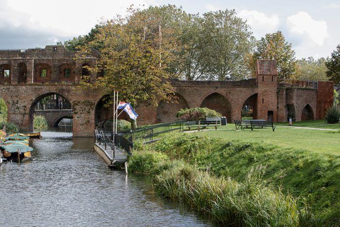 De historische kloostermuur langs de Berkel wordt weer zichtbaar. Vorig jaar werden de resten van de kloostermuur bij de opstapplek van de fluisterboten, naast de Berkelpoort, ontdekt.