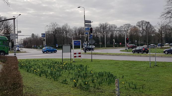 De kruising Molenstraat/Torenstraat met de N65 bij Helvoirt. De gemeente Haaren wil graag dat er een tunnelbak komt.