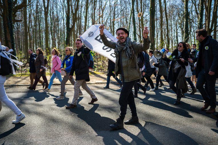 De optocht in het Brusselse Ter Kamerenbos zaterdag begon met een man of honderd, maar algauw liepen ongeveer tweeduizend mensen mee. Beeld Wouter Van Vooren