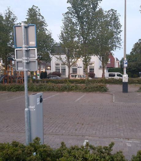 Dubbel betalen voor laden op de leegste parkeerplaats van de stad