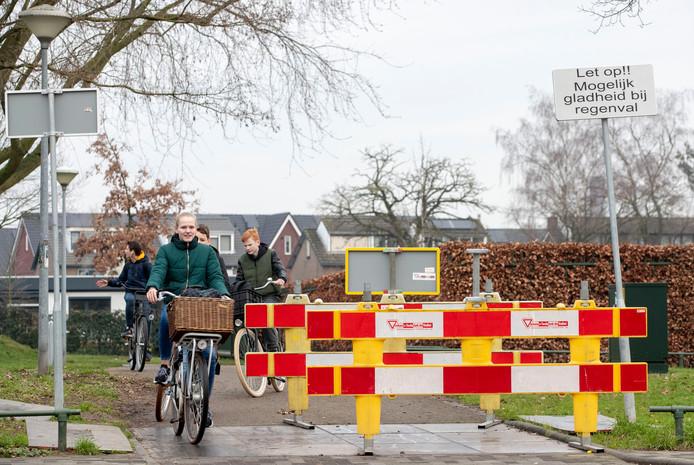 Waarschuwingsborden bij de gladde zonnepanelen in het wegdek van het verwarmde fietspad aan de Bovenbuurtweg in Ede.