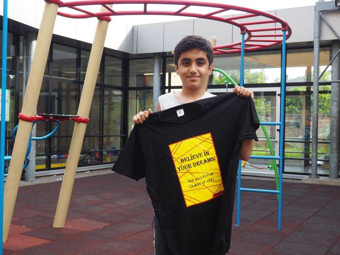 Zain Amer ontwierp een T-shirt voor zijn collega-zesdejaars van basisschool Lyceum in Mechelen, met hier een exemplaar voor de juf.