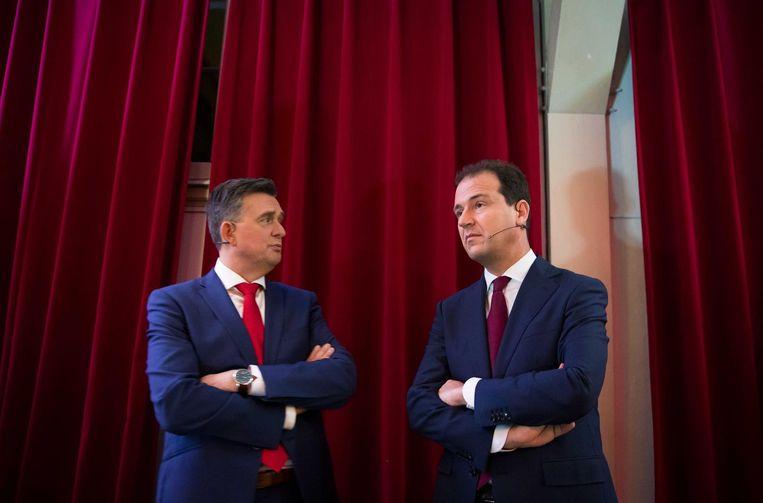Emile Roemer (SP) en Lodewijk Asscher (Pvda) tijdens een onderbreking van het RTL Rode Hoed-debat. Beeld null