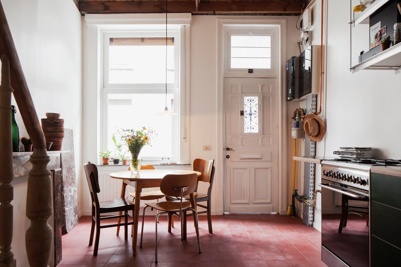 De voordeur geeft rechtstreeks toegang tot de compacte keuken en eetruimte.Architect Koen Schoukens probeerde  met een minimum aan ingrepen alles uit elke ruimte te halen.  Beeld Johnny Umans