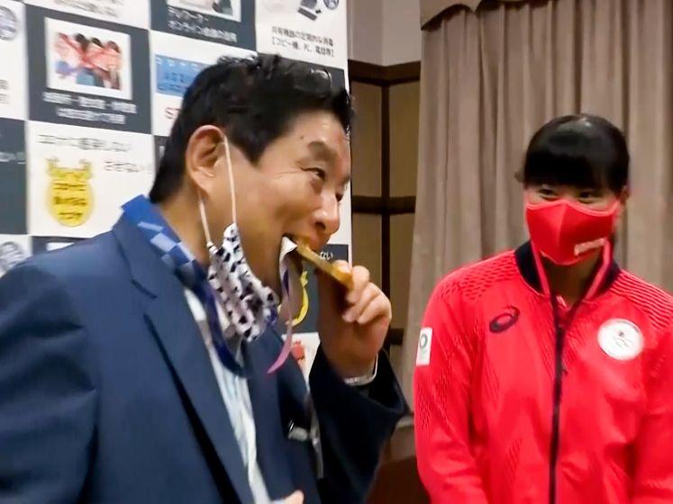 Japanse atlete krijgt nieuwe gouden medaille nadat burgemeester erin bijt