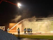 Brandende shovel in schuur zorgt voor enorme rook in Velddriel