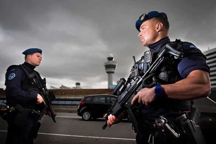 Twee leden van de koninklijke marechaussee op de luchthaven Schiphol. Archiefbeeld.