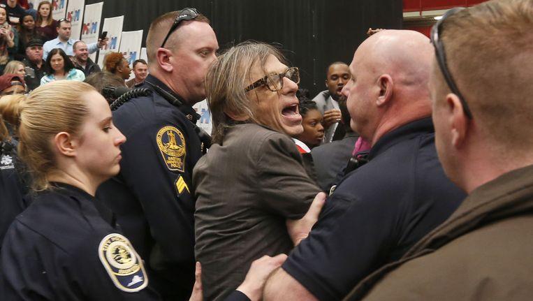 Agenten verwijderen Christopher Morris na het incident tijdens de Trump-rally in Virginia. Beeld ap