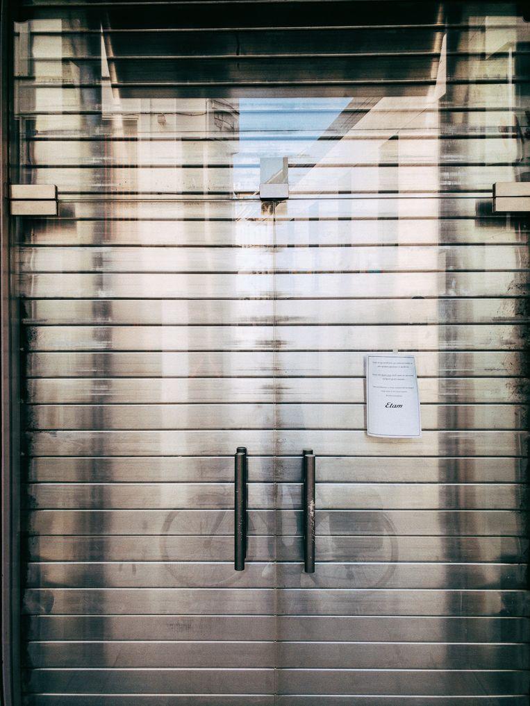 Winkels dicht, verlaten winkelstraten. Beeld Thomas Sweertvaegher
