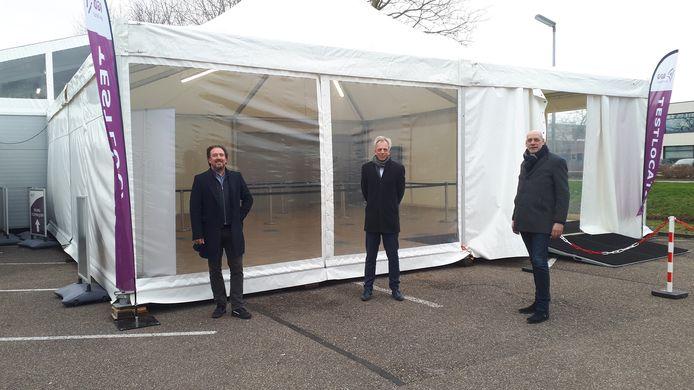 Burgemeester Sjors Fröhlich neemt een kijkje bij de nieuwe GGD teststraat in Vianen.