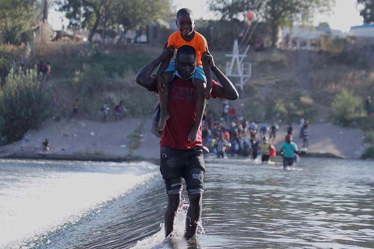 Migranten uit Haïti bij de grens tussen Mexico en de Amerikaanse staat Texas. Beeld EPA