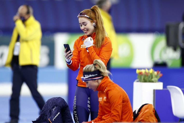 De Jong na het winnen van de 3000 meter voor vrouwen op het WK afstanden schaatsen in Thialf.  Beeld ANP