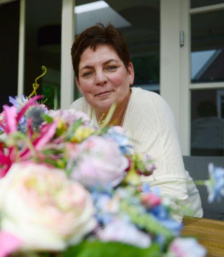 Tussen leven en dood: Haaksbergse Sabine werkt in de kraamzorg én maakt boeketten voor uitvaarten