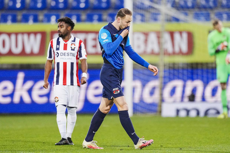 Teun Koopmeiners van AZ verlaat het veld na een rode kaart tijdens de Nederlandse Eredivisie wedstrijd tussen Willem II en AZ.