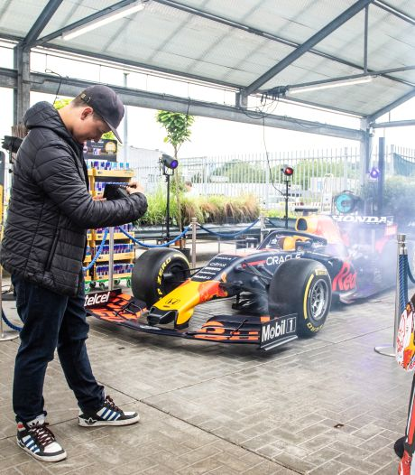 Raceauto van Max Verstappen trekt veel bekijks in Goes