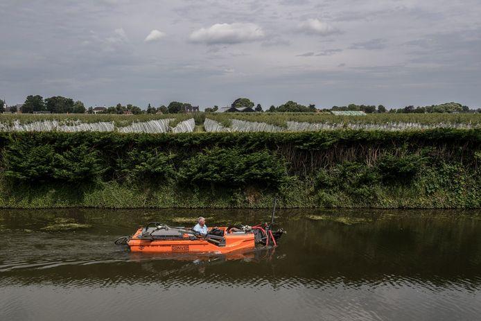 Dico Grandia in de speciaal toegeruste boot, waarmee hij voor het waterschap de Dode Linge schoonmaakt.