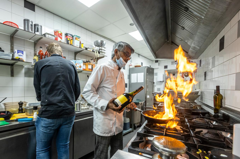 Rico van Schadewijk zet de keuken van Aqui ta to Rico in vuur en vlam.