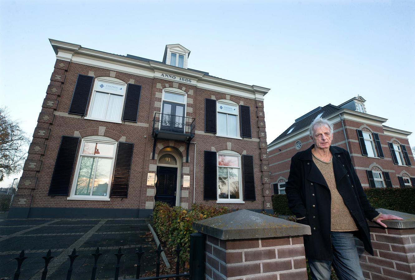 Karel Berkhuysen van de stichting Doetinchem Herdenkt voor een pand in Doetinchem dat tijdens WOII van eigenaar wisselde. Het huis aan de Plantsoenstraat was voor de oorlog uitbrak in eigendom van een joodse familie. Berkhuysen onderzoekt de transacties in Doetinchem.
