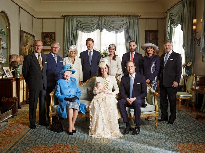 La famille de Kate et William, à la naissance du prince George, le 23 octore 2013. De gauche à droite: le prince Phillip, le prince Charles, la duchesse de Cornouailles, Camilla, le prince Harry, Pippa Middleton, James Middleton, Carole Middleton et Michael Middleton, la reine Elizabeth II, la duchesse de Cambridge, Catherine, le prince George et le prince William.