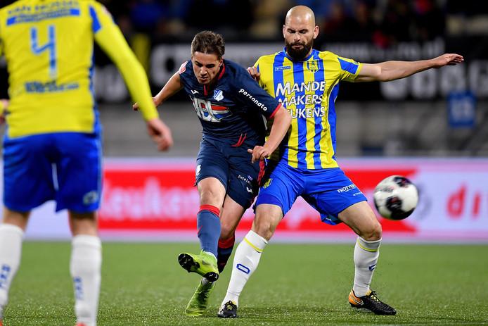 Hans Mulder (r) maakt het Kaj de Rooij van FC Eindhoven lastig. De middenvelder begint bij RKC aan zijn vijfde deelname aan de play-offs.