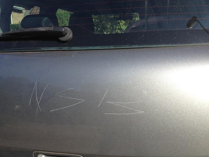 Herma Führen heeft geen idee wie de letters in haar auto heeft gekrast.